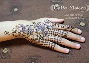 Hand mit Blumenmuster - Henna Tattoo Berlin